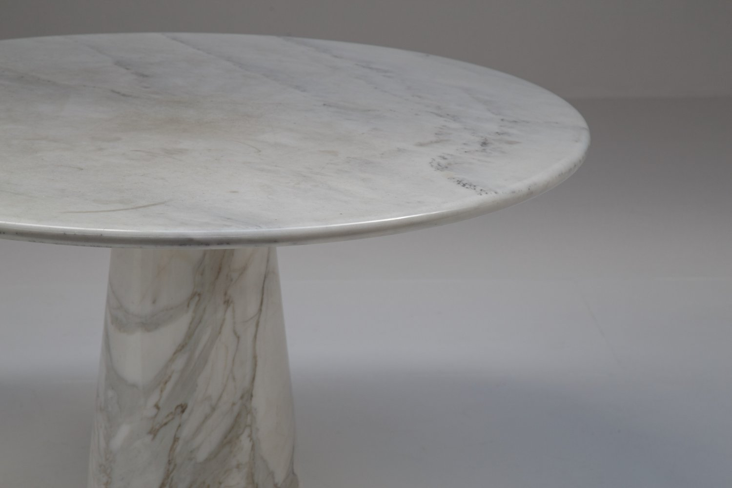 Italian dining table in marble.
