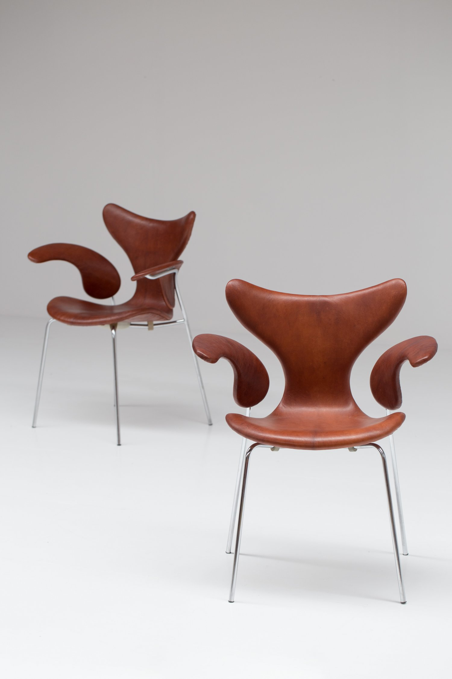 Pair of leather seagull chairs by Arne Jacobsen